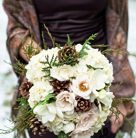 winter-wedding-bridesmaids-bouquet